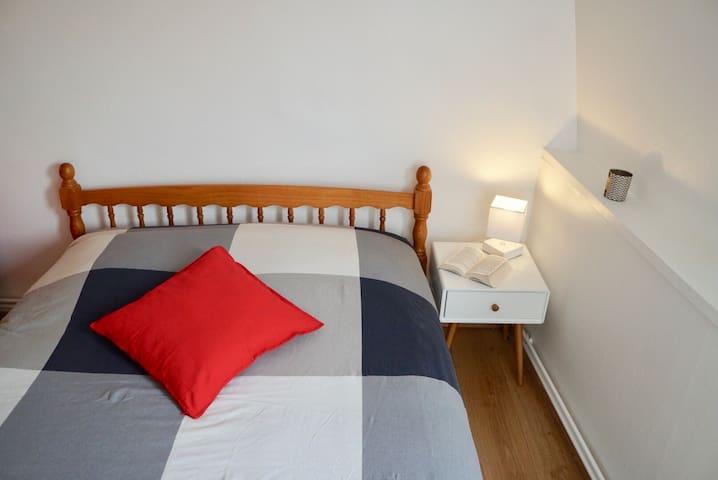 lit deux personnes (140x190cm) Linge de lit fournis