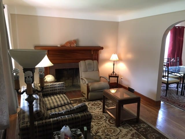 Beautiful 2BR lower flat in Center Line