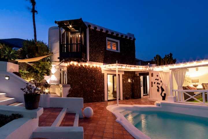 New Deluxe historic Canarian style villa, with panoramic sea views, private heated pool, in La Asomada.