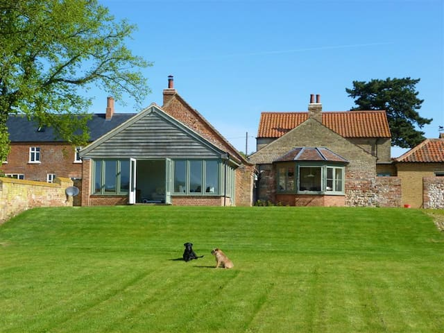 Large Double Room/Family Room - West Acre - Bed & Breakfast