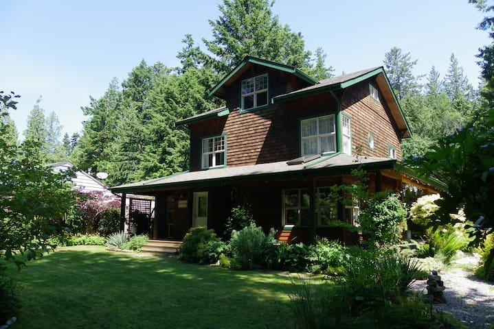 THE CORNER HOUSE in Roberts Creek - Roberts Creek - Chalet