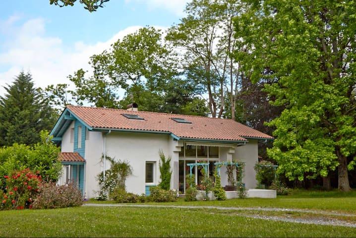 Une chambre dans maison et jardin. - Cambo-les-Bains - Bed & Breakfast