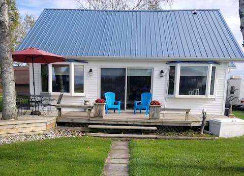 Cozy Riverfront Cottage-Au Gres Waterfront Retreat