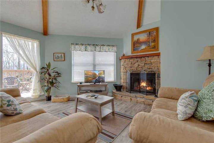 Puppies Hollow, 2 Bedrooms, Pets, WiFi, Pool Access, Fireplace, Sleeps 4