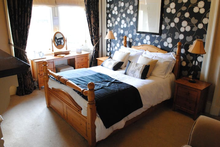 Dog Friendly bed and Breakfast: Pitlochry Room