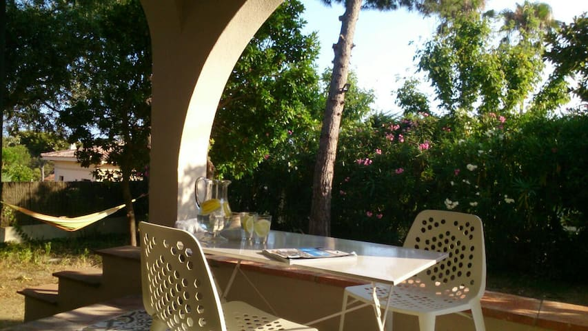 HOUSE ON THE BEACH GARDEN+ POOL 20' FROM BARCELONA - El Masnou - Casa