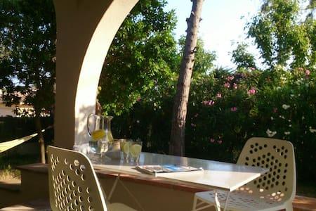 HOUSE ON THE BEACH GARDEN+ POOL 20' FROM BARCELONA - El Masnou - Hus