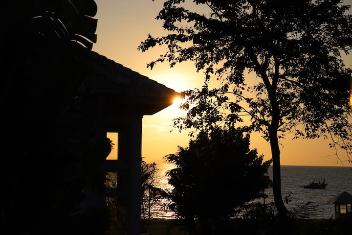 Baan Dhewaran. Beachfront Villa NaJomtien Pattaya.