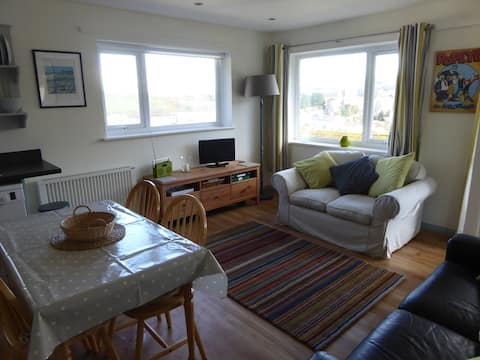 Popeye's, a bright Salcombe apartment  with  views