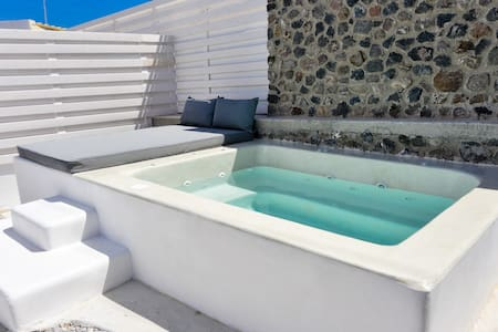 See Santorini suites with Private Jacuzzi and yard - Mesaria - Haus