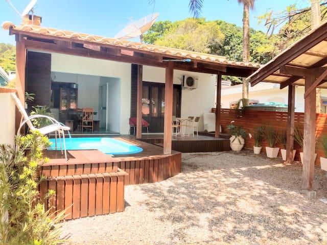 Casa com piscina a 200 metros da praia!