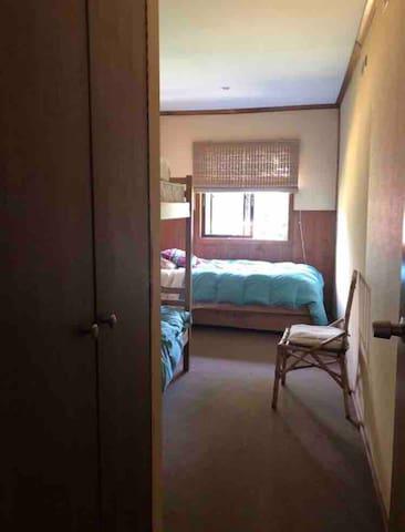 habitación 3 1 cama plaza y media  1 litera