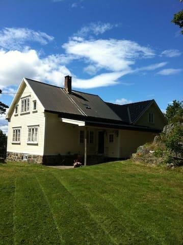 Flåklypa, hus på toppen med jacuzzi og båt.