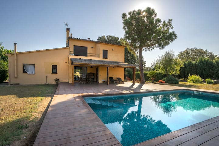 Apt.Quiet area. Private pool.JUST 2PPL.Peratallada