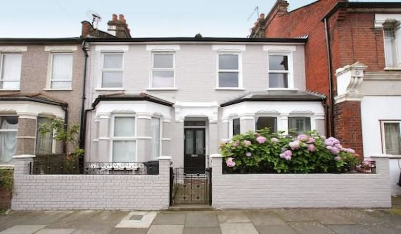 Large Double Room & Ensuite in Victorian terrace - Lontoo - Talo