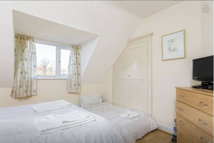 Lovely room close to sea and shops with parking R6 - Portsmouth - Casa