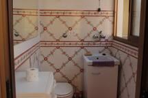 Piccolo bagno con lavanderia
