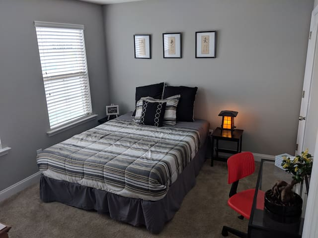 Comfortable Bedroom convenient to Downtown Raleigh