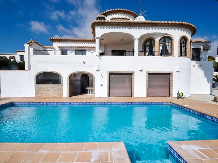 Beautiful Andalusian-style villa with stunning views