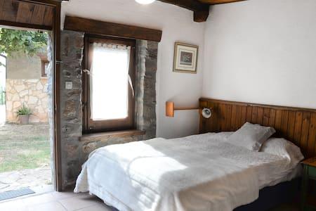 habitación luminosa en el jardín - Muntanyola - Casa de camp