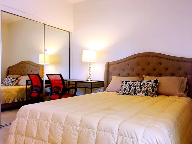 Queen bed Private bathroom and private parking!