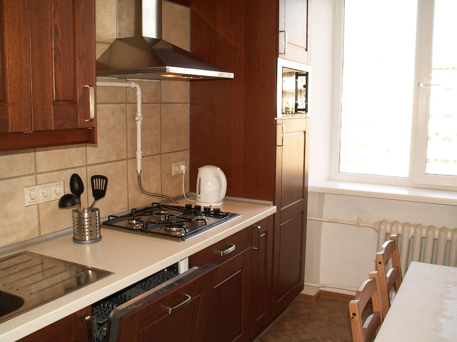 Кухня: плита, СВЧ, холодильник, посудомоечная машина.