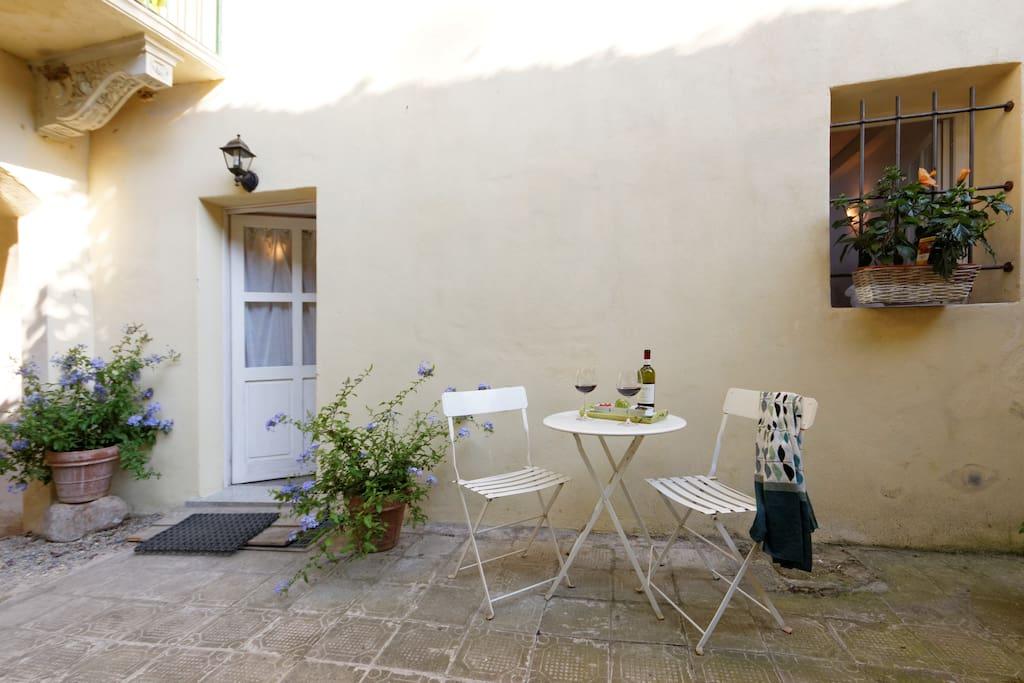 Ingresso dell'appartamento che si affaccia sul cortiletto interno in cui e' possibile fare colazione, pranzare e anche prendere il sole