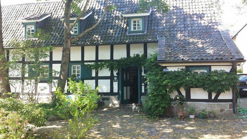 Nostalgisches Fachwerkhaus direkt im Zentrum - Troisdorf - House