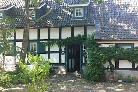 Nostalgisches Fachwerkhaus direkt im Zentrum - Troisdorf - Casa
