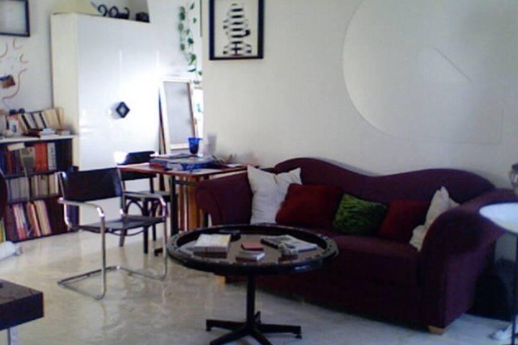 Salon de l'appartement-atelier d'artiste avec un canapé