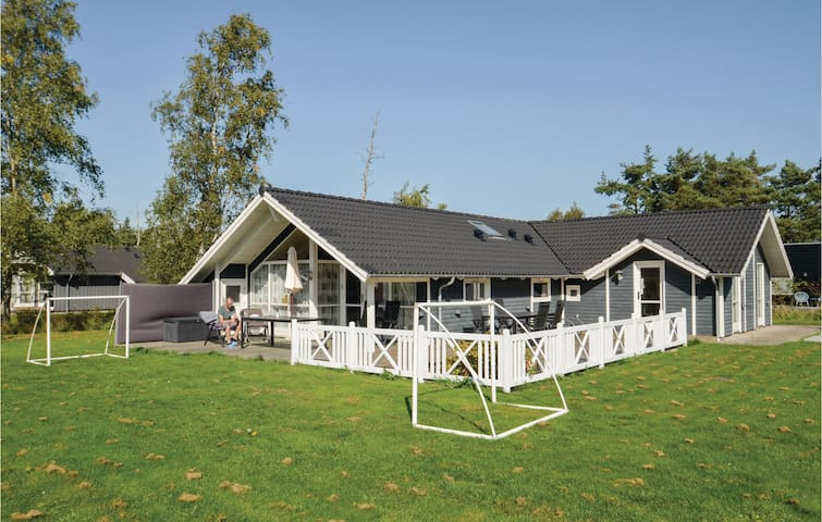 Holiday cottage with 4 bedrooms on 135m² in Væggerløse