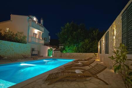Villa Marta,near Split,private pool, cinema room .