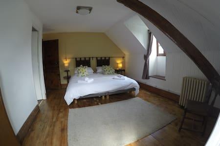 Spacious en-suite bedroom - Second floor - Bagnères-de-Luchon