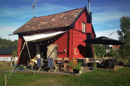 Small house 40 m to the sea - Djurhamn - House