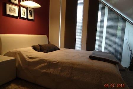 Stilvolle Zimmer in Flughafennähe - Isernhagen - Casa