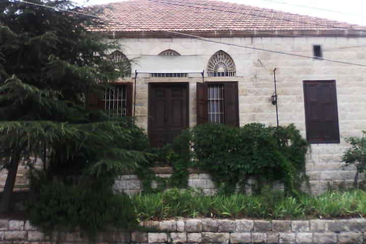 Historic Tile Home with Yard - Beit Meri - Hus