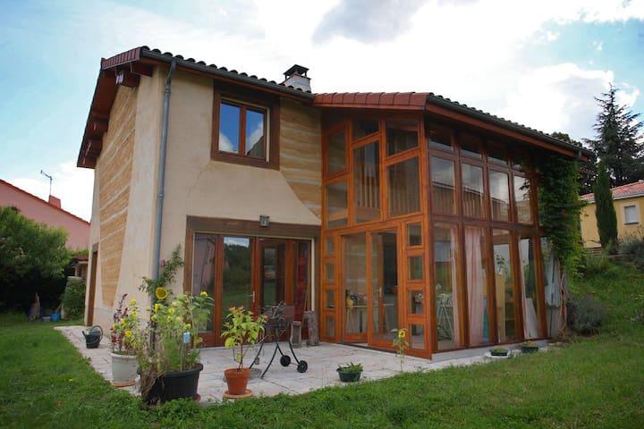 Chambre orange proche de Clermont-Ferrand - Romagnat - Dom