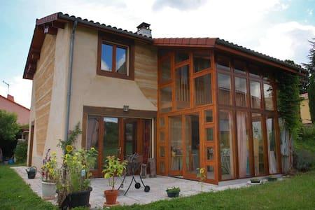 Chambre orange proche de Clermont-Ferrand - Romagnat