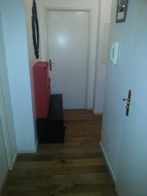 Couloir menant aux chambres et toilettes et salle de bain.