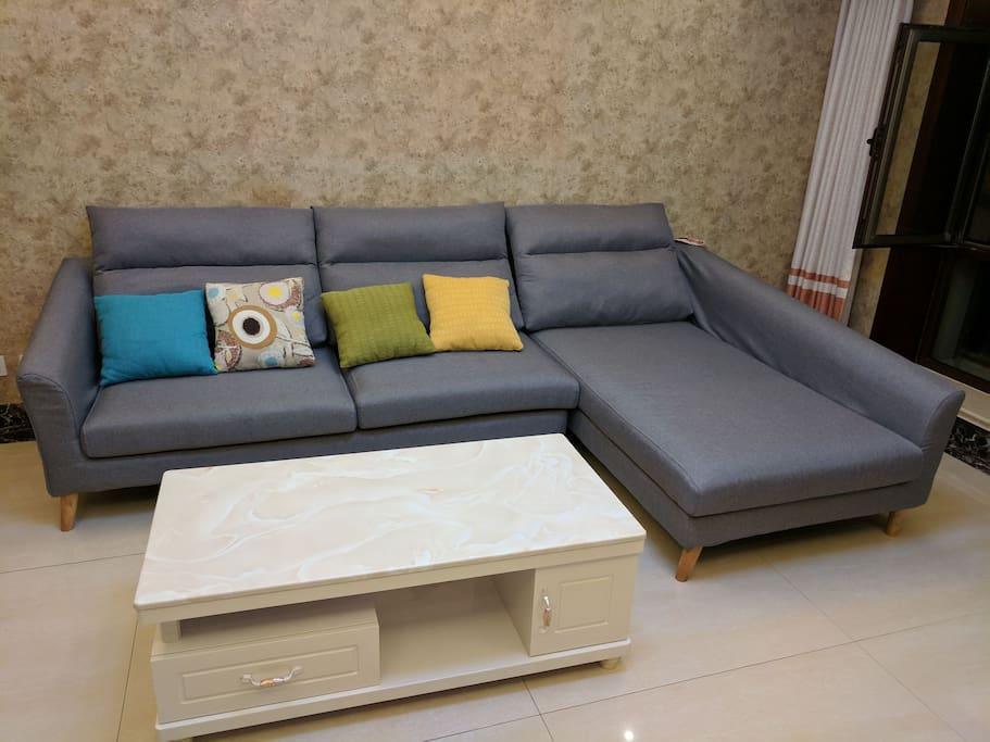 客厅的沙发和茶几