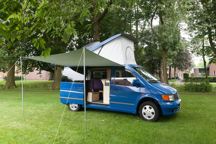 Buscamper met 6 zitplaatsen 2 bedden (4 personen). - Barneveld