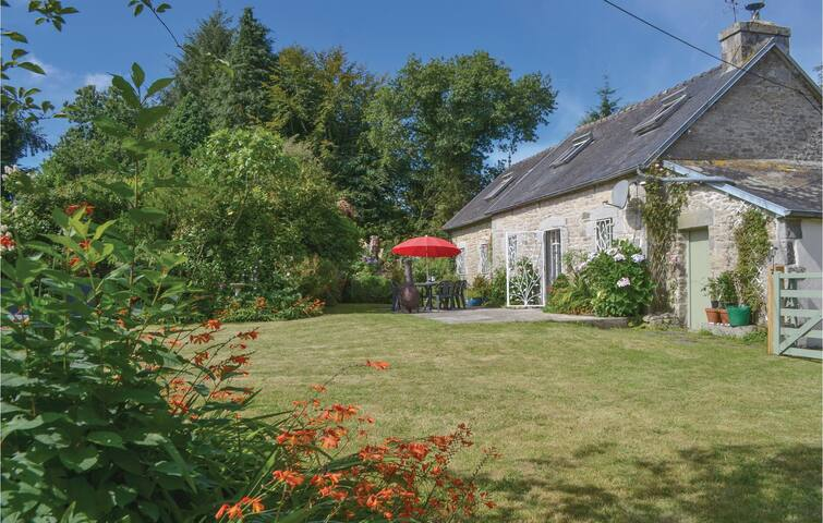 Holiday cottage with 3 bedrooms on 100 m² in Huelgoat