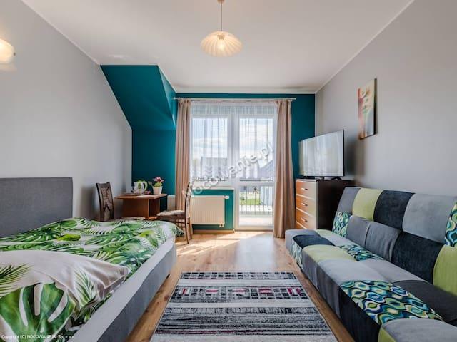 Pokój 3,4 osobowy z łożem i wersalką, balkon, łaz.
