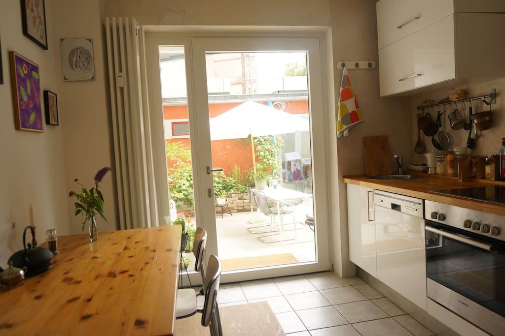 Küche mit direktem Ausgang zum Hinterhof