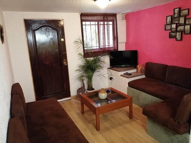 Casa Sola con Estacionamiento, en Colonia de Valle