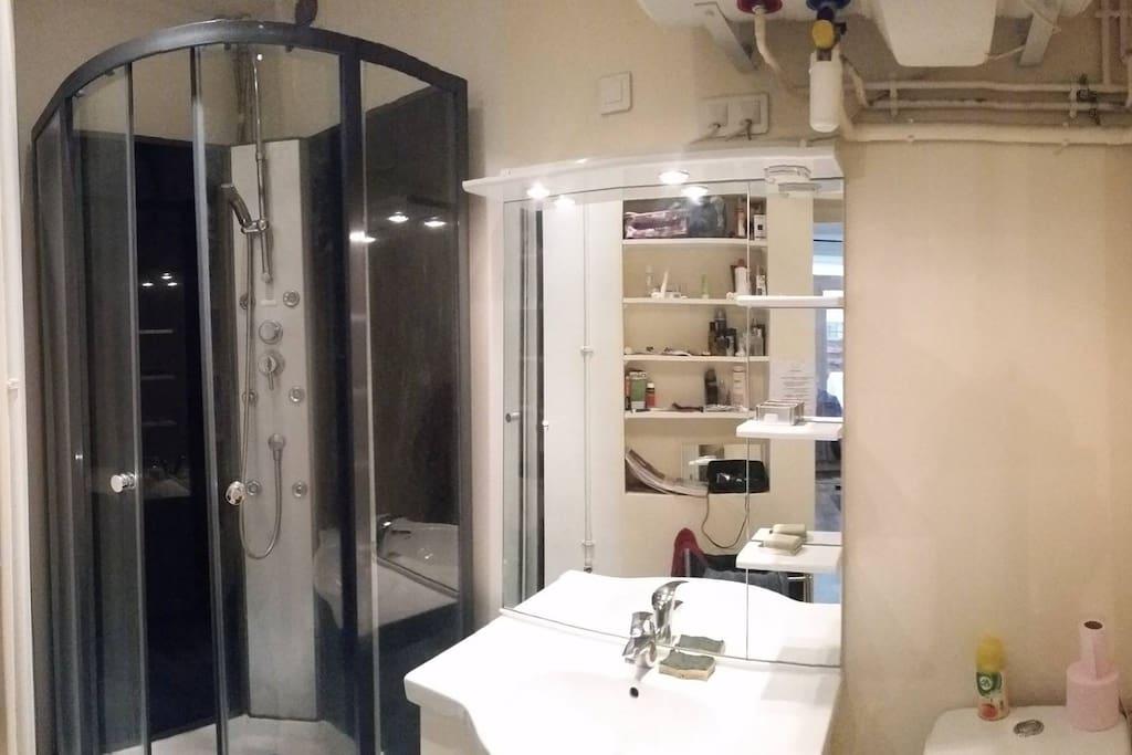 Salle de bain presque neuve, grande douche !