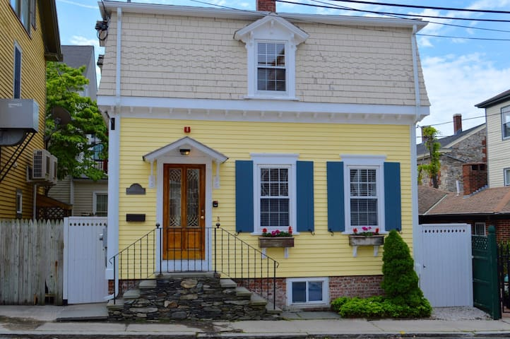 Downtown Upscale Cottage - Newport - Hus