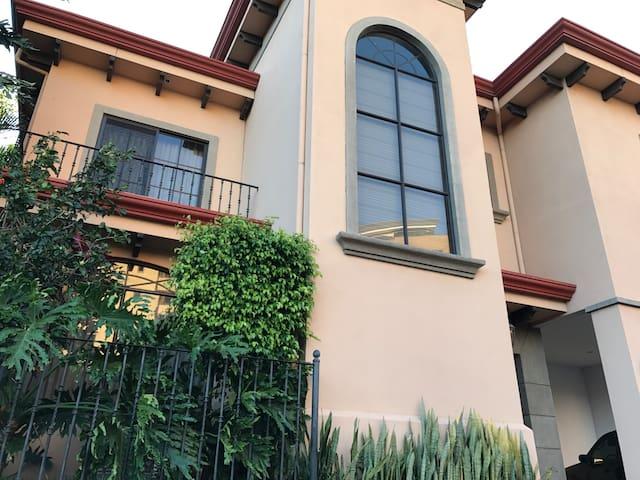 6 people capacity house in Escazu - San Antonio - House
