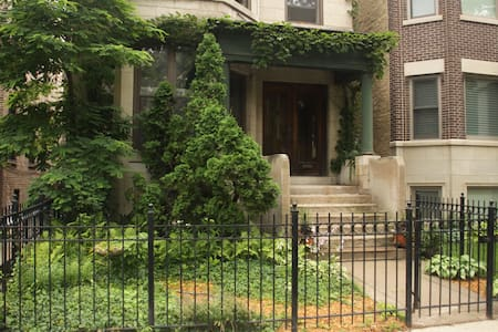 Cute Brownstone in Lakeview