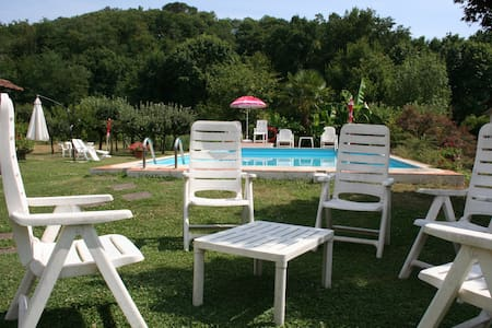 Casale i Girasoli:apt+pool&park - Barga - Penzion (B&B)
